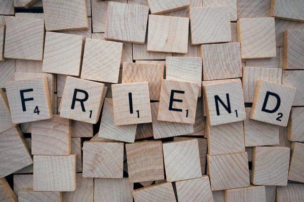 Allemaal blokjes zoals Scrabble blokjes. In het midden ligt FRIEND in letters.