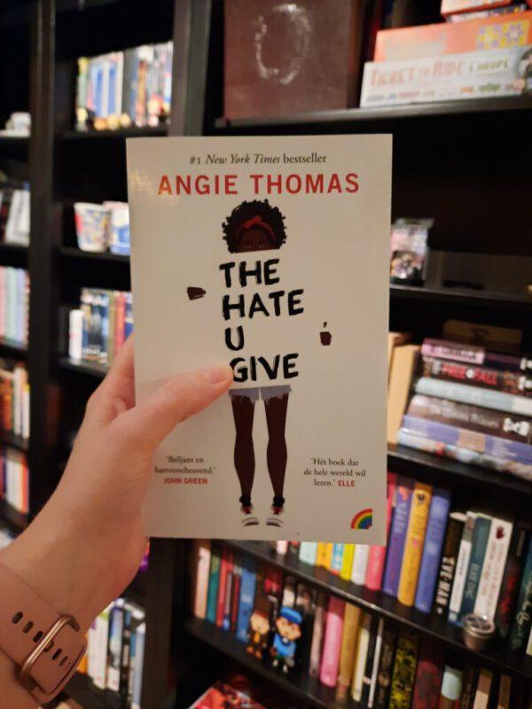 The Hate U Give met boekenkast op achtergrond